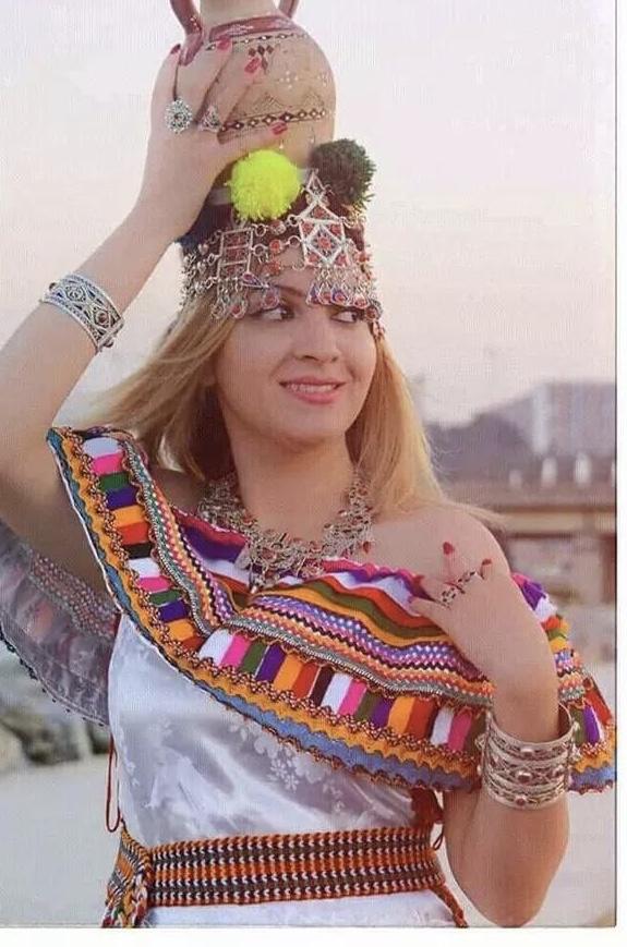 Tenue Traditionnelle Kabyle et bijoux de fabrication artisanale. (c) Biba Bilal.