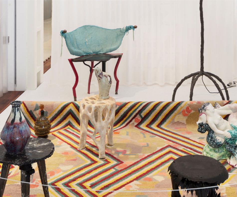 Veiled Lady, au centre, fabriqué en matières organiques compostables / (c) Design Museum Gent, Object Stories