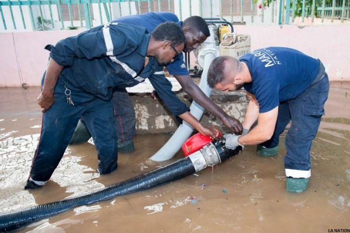 Sapeurs pompiers djiboutiens et français mobilisés pour évacuer les eaux de pluies (C) La Nation