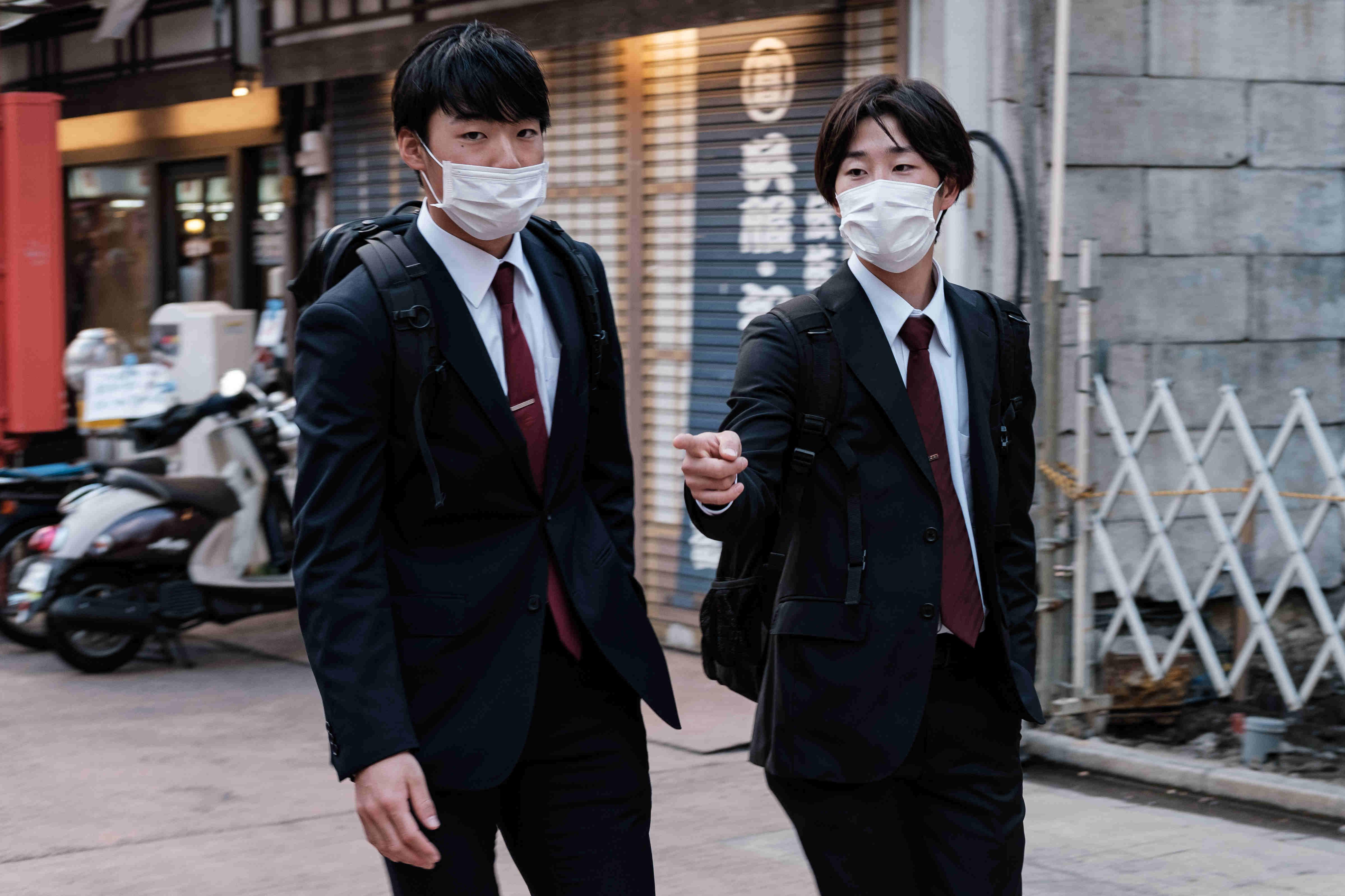 Deux étudiants portant un masque rentrent de l'école ©Florent Guérout