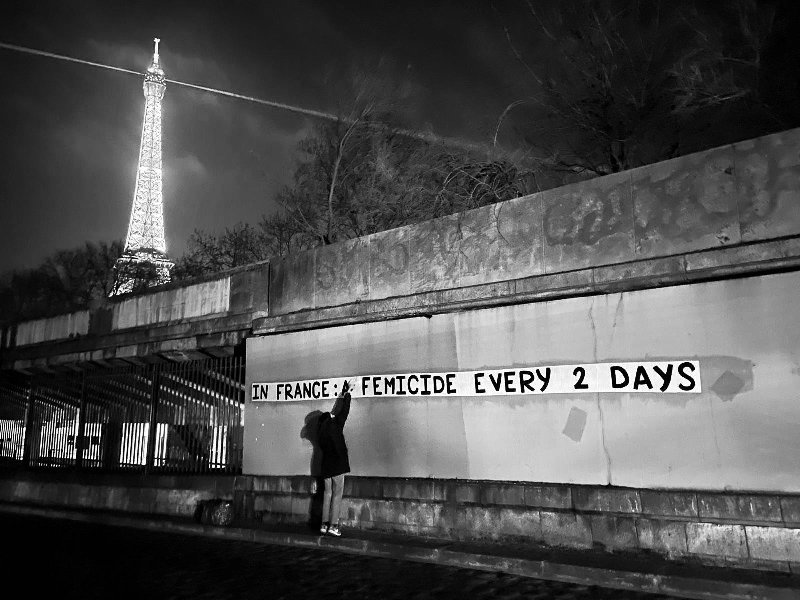 Collage réalisé à Paris en octobre 2019 rappelant que 2 féminicides sont perpétrés chaque jour en France. (c) Collages Féminicides Paris https://twitter.com/CollagesParis/media