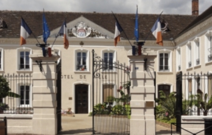 Un aperçu de la façade de la mairie de Montereau-Fault-Yonne(C)Okaigne Henri