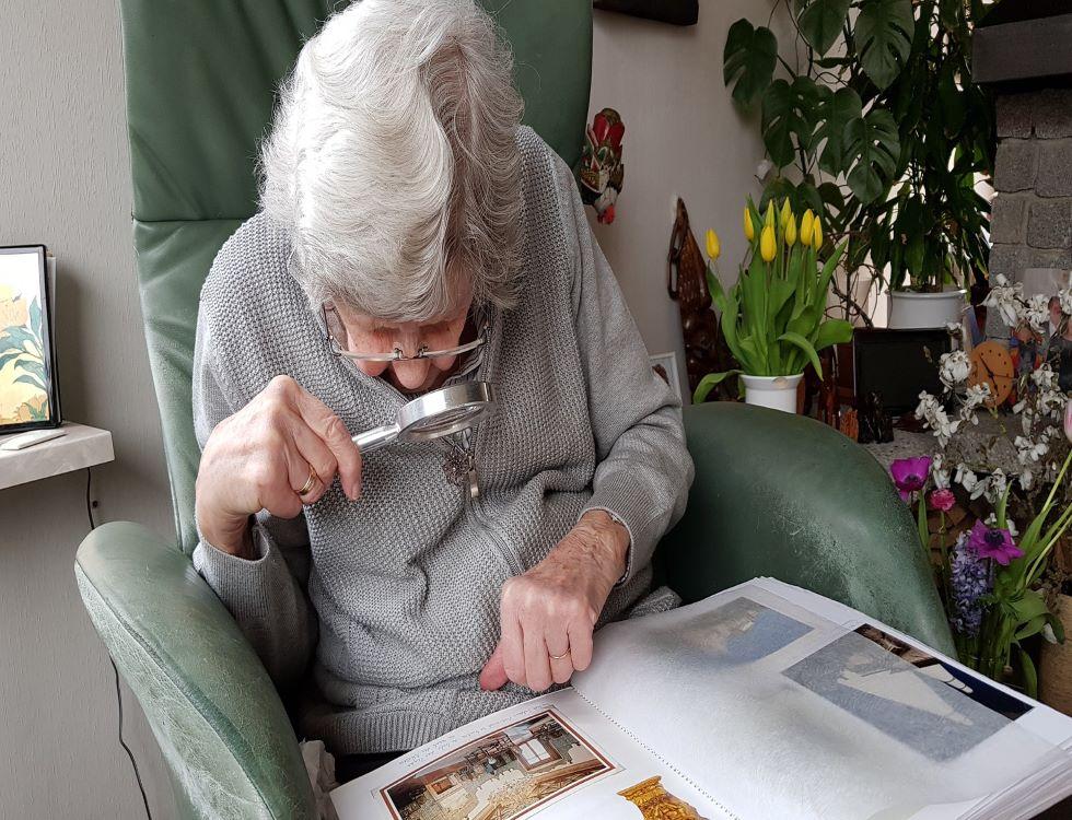 Une personne âgée en pleine lecture dans une maison de retraite (C) Aline Dassel, Pixabay
