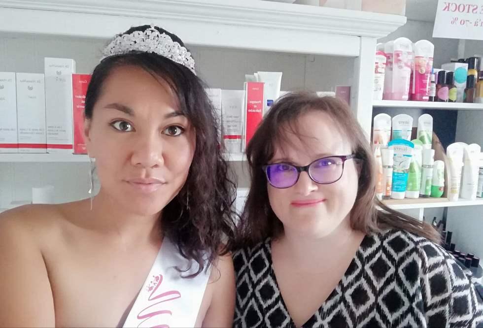 De gauche à droite : Miss Handi France 2019 après un soin visage Dr. Hauschka réalisé par Anne-Laure Renard, esthéticienne et gérante de l'institut Bio Esthétique Renard © AL Renard
