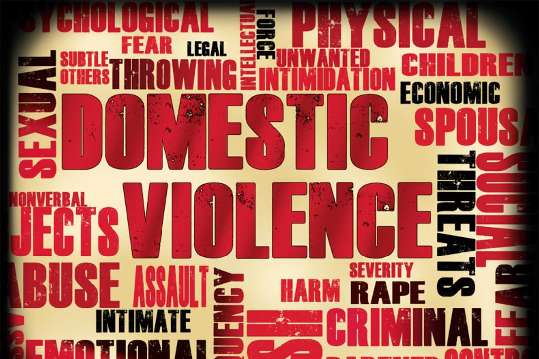 Visuel de différents mots exprimant les violences et les abus dans un couple © Air Force Medical Service