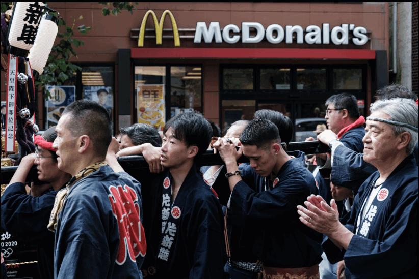 Afin d'éviter les risques supplémentaires d'infection, McDonald's décide de renforcer les mesures de sécurité pour le personnel et les clients. ©Florent Guérout