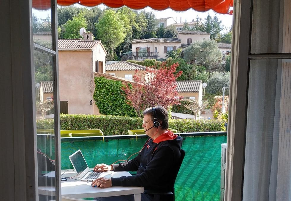 Serge ne néglige pas l'avantage de télétravailler depuis son balcon © NG
