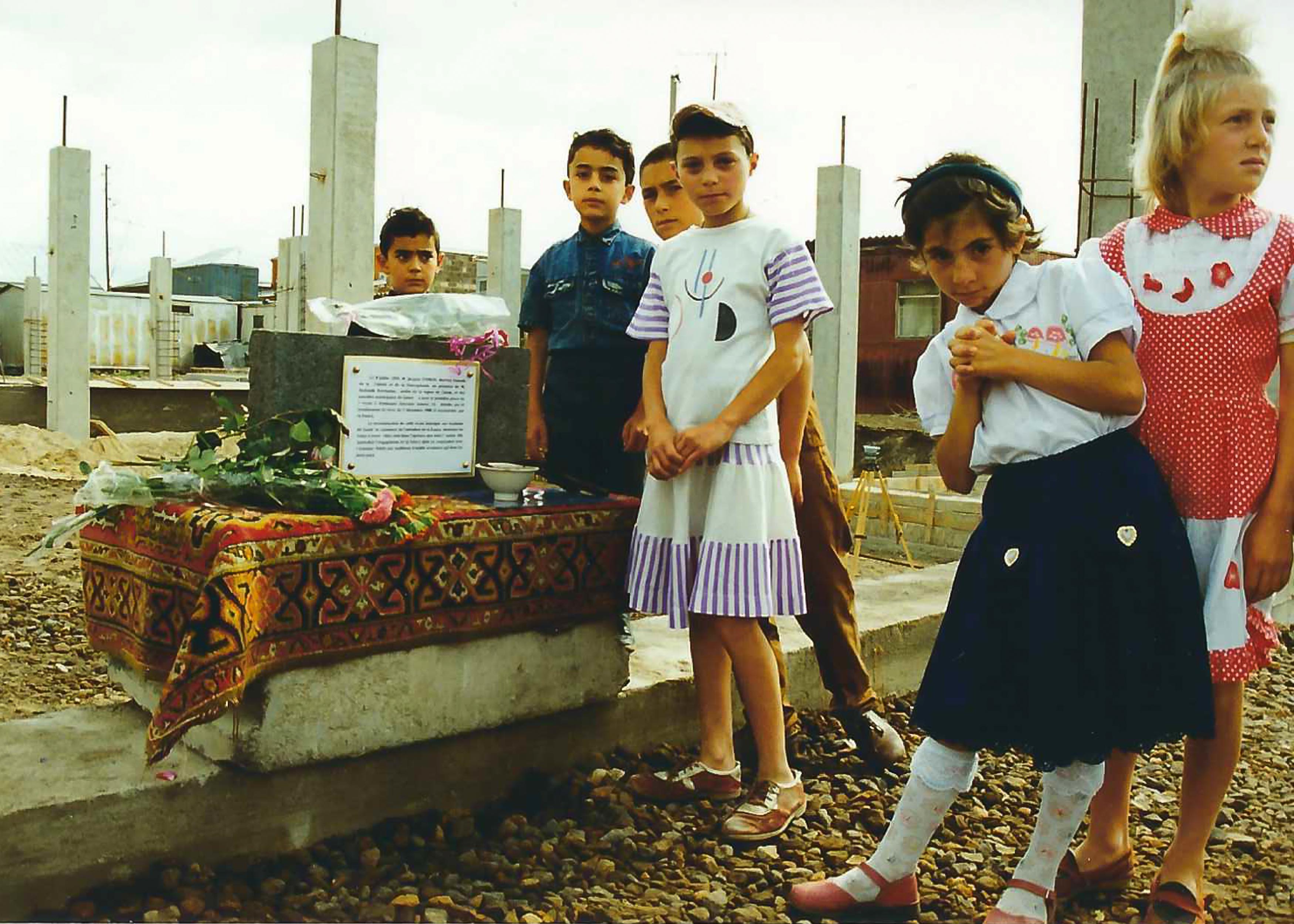 Les écoliers auprès de la première pierre de l'école N10 à Gumri (c) archive personnelle de Martin Pashayan