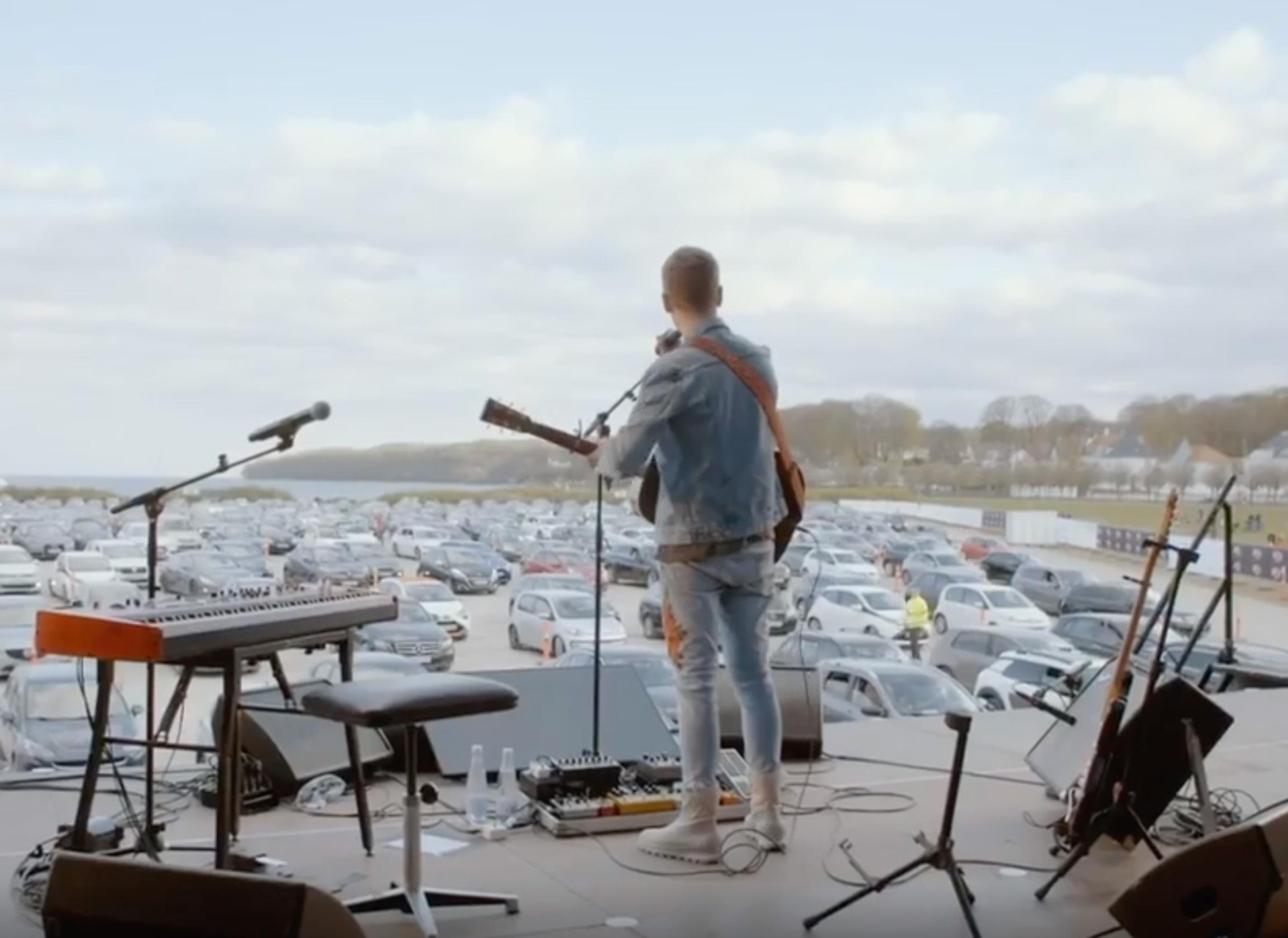 Les concerts en drive-in sont une alternative originale à la distanciation sociale - capture d'écran / (c) Instagram Mads Langer