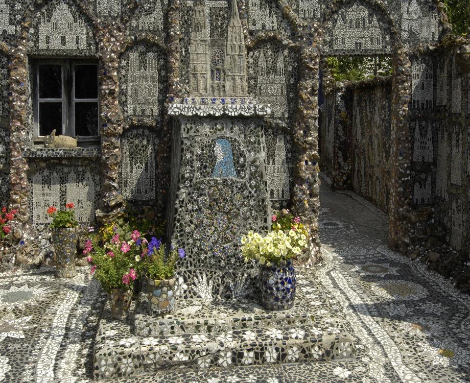 La maison Picassiette, une habitation recouverte de verres, faïences et de morceaux d'assiettes / Illustration (c) Adobe Stock