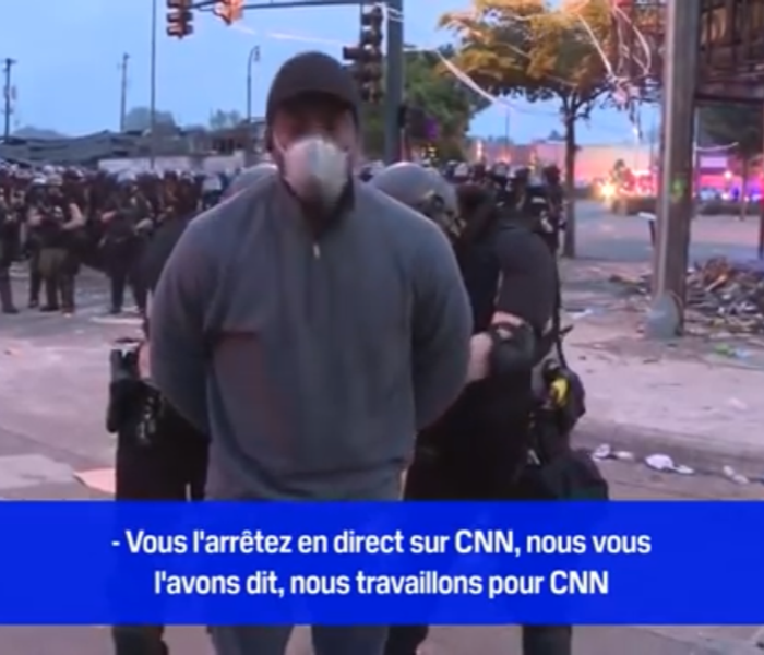Le reporter de CNN Omar Jimenez, a été menotté par des policiers en plein direct à Minneapolis. (c) capture d'ecrain YouTube.