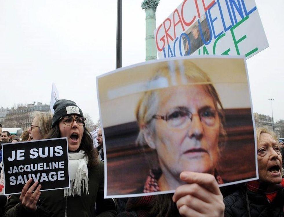 Un portrait de Jacqueline Sauvage brandi lors d'une manifestation de soutien à Paris, le 23 janvier 2016 © Abaca
