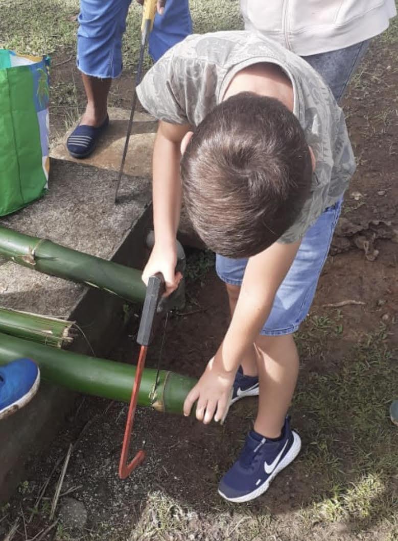 """""""Les élèves utilisent une scie à métaux pour confectionner des pots à crayon"""". (c) École Beraca."""