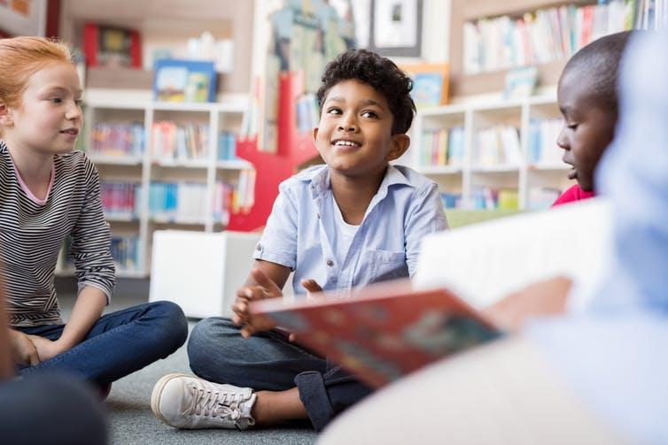 Certains enseignants pratiquent les lectures dialoguées, sollicitant alternativement les enfants pour commenter les images, anticiper les événements de l'histoire…. Shutterstock
