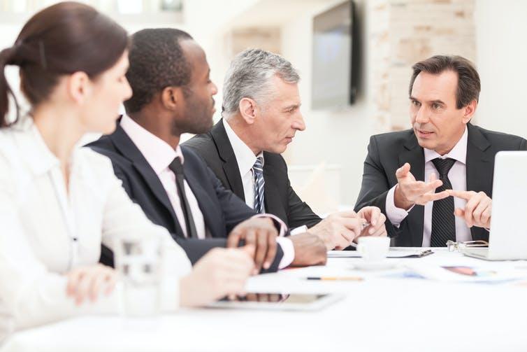 Des administrateurs provenant de la même école que leur dirigeant semblent être moins aptes à contrôler ce dernier. Shutterstock