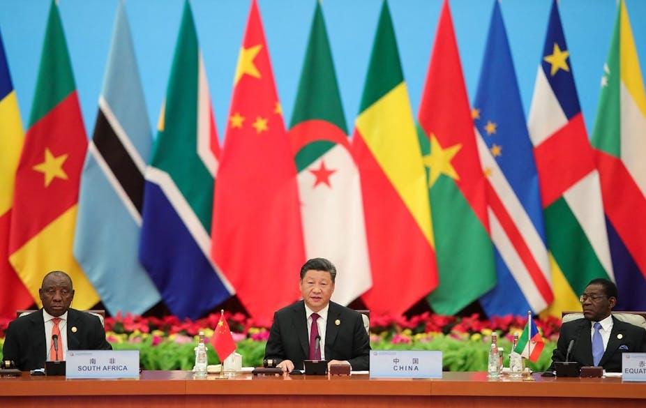Le président chinois Xi Jinping s'exprime sous le regard de ses homologues sud-africain Cyril Ramaphosa (à gauche) et équato-guinéen Teodoro Obiang, lors du Forum sur la coopération sino-africaine tenu à Pékin le 4 septembre 2018. Lintao Zhang/AFP