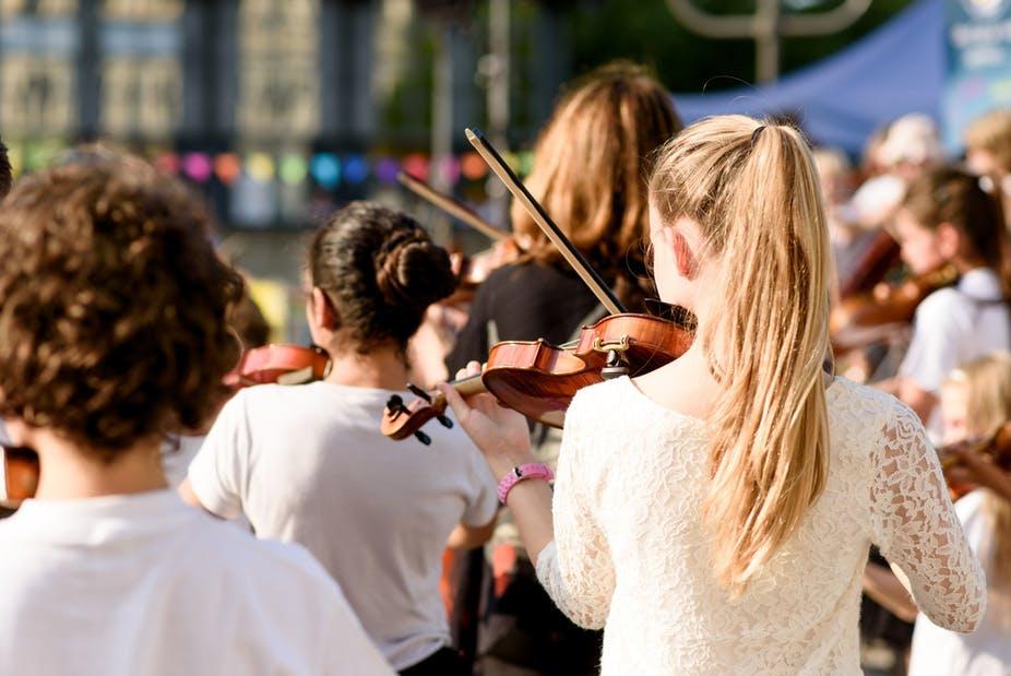 En 2018, un peu plus de 40 000 enfants en France bénéficiaient d'un programme d'initiation à la musique par la pratique orchestrale. Shutterstock
