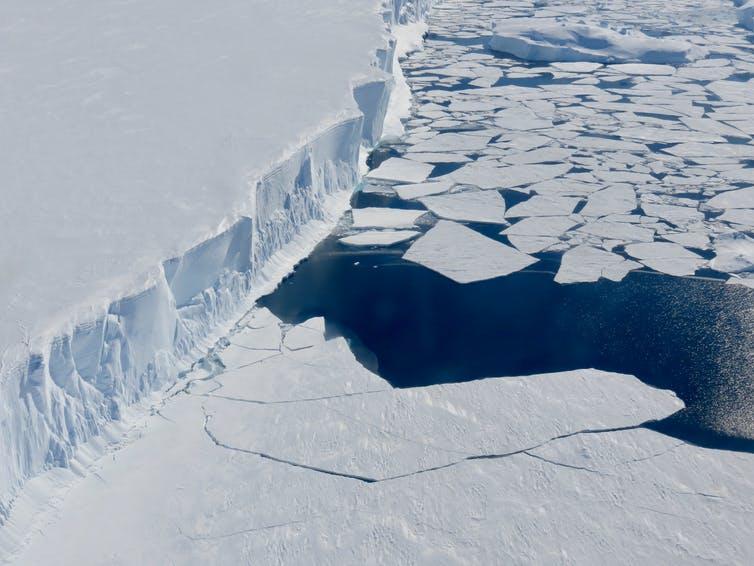 Le sort de la calotte glaciaire de l'Antarctique occidental repose sur le glacier Thwaites. Si le front du glacier Thwaites se brise, une masse de glace encore plus grande se mêlera aux eaux chaudes. (Karen Alley)
