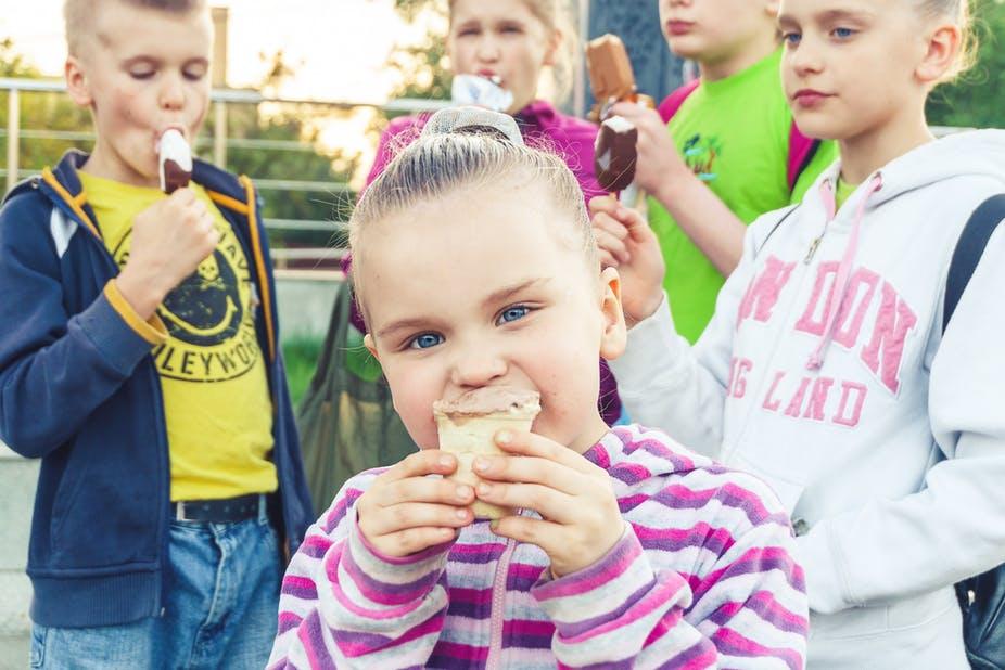 Une petite glace pour se rafraîchir : vraiment une bonne idée ? Vitolda Klein / Unsplash, CC BY-SA