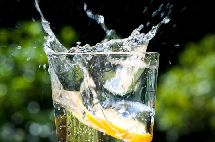 Les effets refroidissants des liquides froids s'expliquent plus probablement par leurs effets de réhydratation. Josh Lowensohn/Flickr, CC BY-NC-ND