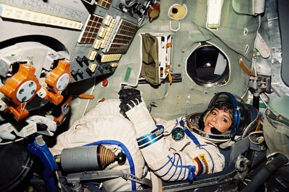 Claudie Haigneré en entrainement dans le simulateur Soyouz. CNES/BARDOU Christian, 1996, CC BY-NC-ND