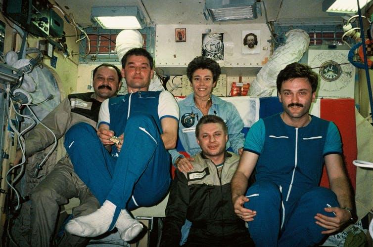 Equipage de la mission Cassiopée à bord de la station Mir. CNES/ANDRE-DESHAYS Claudie, 1996, CC BY-NC-ND