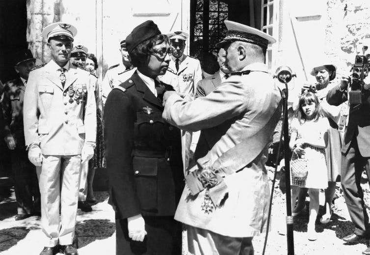 Le 19 août 1961, Joséphine Baker reçoit la Légion d'honneur et la Croix de guerre avec palme dans on château de Milandes. AFP