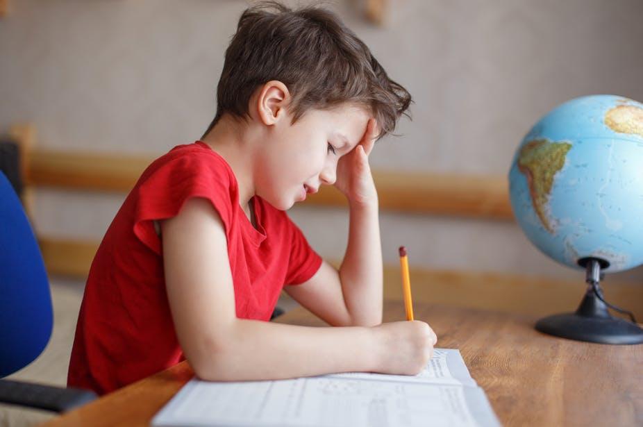 Il faut que l'enfant soit intimement convaincu de l'importance d'une tâche scolaire pour maintenir ses efforts. Shutterstock