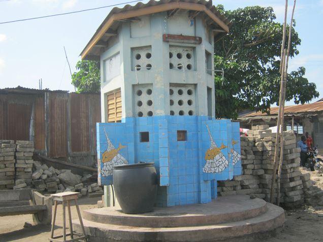 Une latrine dans un quartier de la ville de Cotonou (Bénin). Photo (c) AT