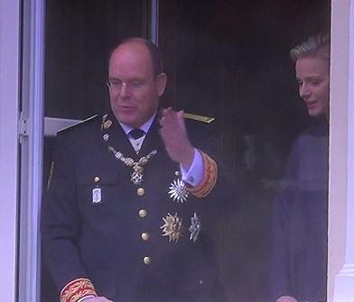 Le couple princier salue les sujets monégasques et touristes courageux qui se sont déplacés pour les voir malgré la météo maussade. (c) CDB