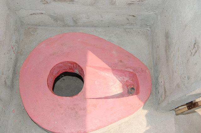 Image d'une toilette sans la super structure. Photo (c) AT