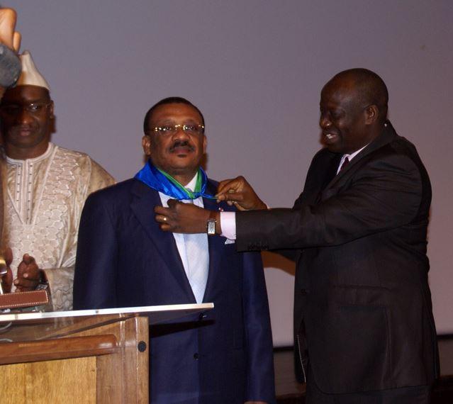 Le ministre ivoirien passant le témoin à son homologue du Cameroun. Photo (c) AT