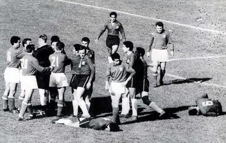 La bataille de Santiago, lors de la Coupe de monde de 1962. Image du domaine public.