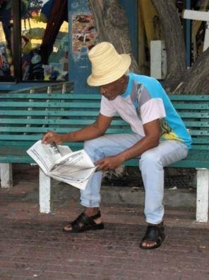 Un lecteur face au plaisir de lire son journal. Photo libre de droits.