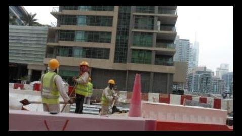 Travailleurs immigrés sur Cheikh Zayed Road. Photo: KPM