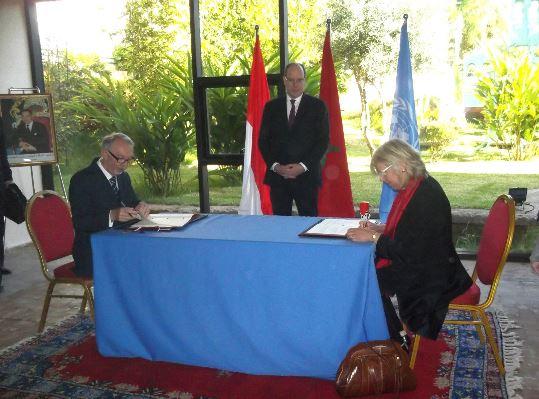 Signature d'un accord entre M. José Badia, Conseiller de Gouvernement pour les Relations Extérieures et la Coopération et Mme Ursula Schulze-Aboubacar, Représentante résidente du Haut Commissariat des Nations Unies pour les Réfugiés au Maroc, en présence de S.A.S le Prince Souverain. Photo (c) DR
