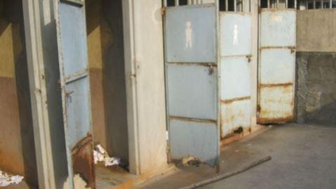 Un bloc de latrines dans une école primaire de la ville de Cotonou. Photo: AT