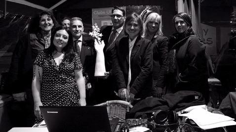Les membres du bureau et quelques marraines autour du Trophée 2014 réalisé par le sculpteur Patrick Schumacher. Photo (c) Florence Pignoly