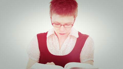 La lectrice type? Une femme plus affirmée que fleur bleue. Image du domaine public. Cliquez ici pour choisir parmi les titres de la littérature sentimentale