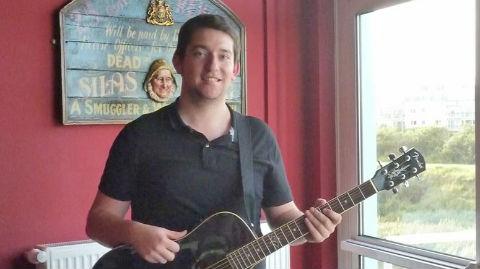 Vivien Lamirand, guitariste des Walking Donut's, en concert samedi 30 août au Yacht Club de Calais. Cliquez ici pour accéder à la page Facebook