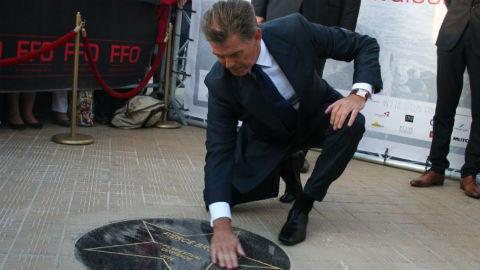 Pierce Brosnan découvre son étoile sur la digue d'Ostende. Photo (c) Robert Genicot
