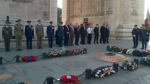 Représentants britanniques et alliés présents à la commémoration de la bataille d'Angleterre sur la tombe du soldat inconnu sous l'Arc de Triomphe, Paris, lundi 15 septembre 2014. Photo courtoisie (c) Yorkshire Air Museum