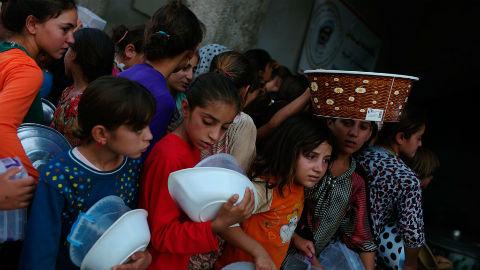 Des jeunes filles irakiennes déplacées font la queue pour recevoir de la nourriture dans une cuisine communautaire dans le gouvernorat de Dohuk, dans le Kurdistan irakien. Photo (c) UNHCR