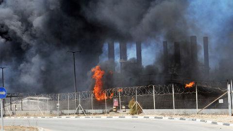 La fumée et des flammes s'élèvent de la seule usine de distribution d'électricité de Gaza après qu'elle a été touchée par des tirs de missiles israéliens. Photo (c) UN Photo / Shareef Sarhan