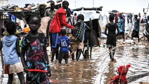 Les inondations sur le site de Tomping où sont protégés des civils. Elles ont rendu la vie difficile et malsaine pour les personnes déplacées. Photo (c) ONU / Isaac Billy