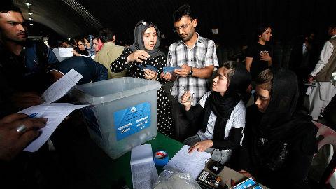 En présence d'observateurs internationaux et nationaux, la Commission électorale indépendante de l'Afghanistan vérifie les résultats du second tour de l'élection présidentielle. Photo (c) MANUA / Fardin Waezi