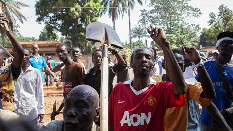 Après que deux musulmans ont été tués, apparemment par des chrétiens, la communauté musulmane manifeste devant le siège de la Mission des Nations Unies, MINUSCA, dans la capitale de Bangui. Photo (c) ONU / Nektarios Markogiannis