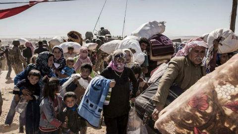 Des réfugiés kurdes syriens arrivent en Turquie en provenance des environs de la ville de Kobané, en Syrie. Photo (c) HCR / I. Prickett