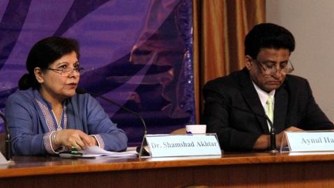 Shamshad Akhtar, Secrétaire générale adjointe des Nations Unies et Secrétaire exécutif de la CESAP (à gauche) et Aynul Hasan, Directeur par intérim de la Division de politiques macroéconomiques et de développement (MPDD). Photo (c) DR