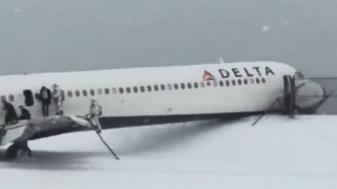 L'avion enfoncé dans la clôture. Capture d'écran.